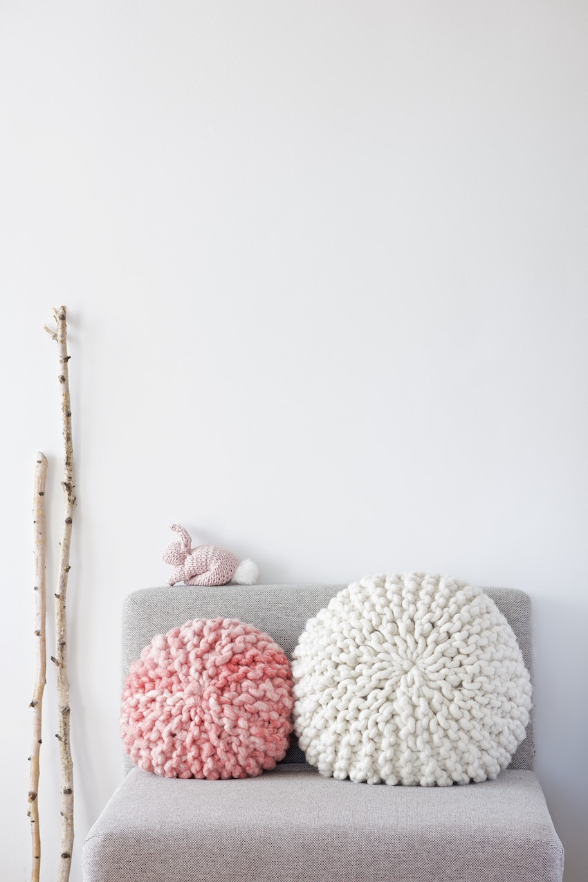 Tutorial DIY for a chunky knitted round pillow, Anleitung für ein rundes Strickkissen by lebenslustiger.com, these pillows are knitted with short rows - please find the full picture tutorial