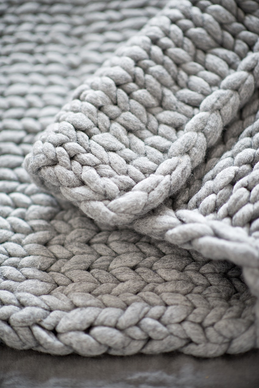 DIY - Knit a chunky blanket from wool roving. Perfect for interior decoration - so warm and cozy! Full tutorial with measurements, tips and tricks on how to knit a large blanket with thick, un-spun yarn and how to felt it afterwards.
