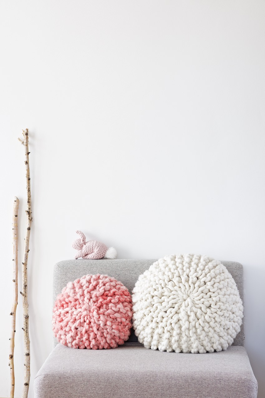 DIY Tutorial For A Chunky Knitted Round Pillow With Short Rows