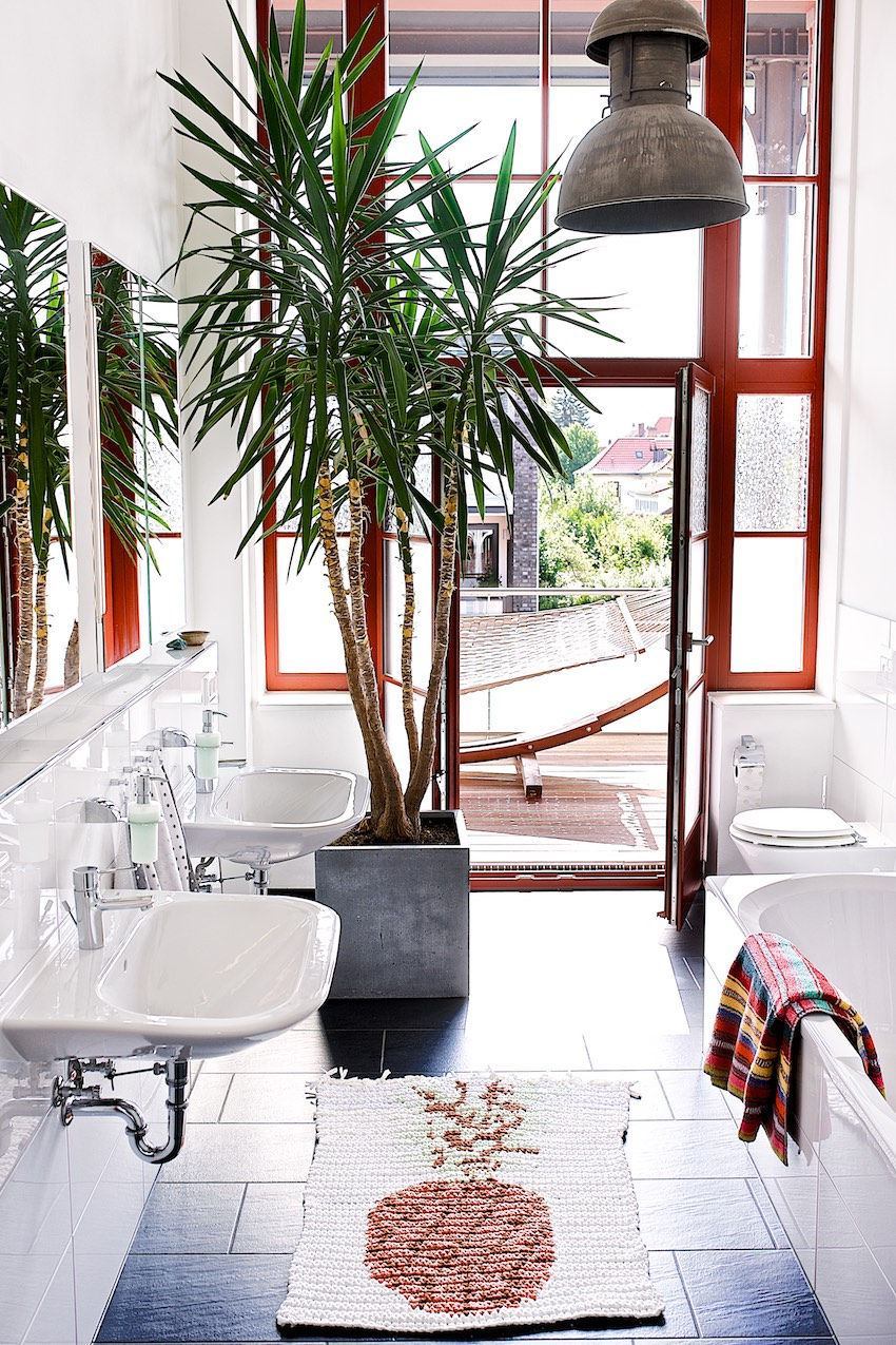 tropical bathroom with pineapple rug by lebenslustiger.com
