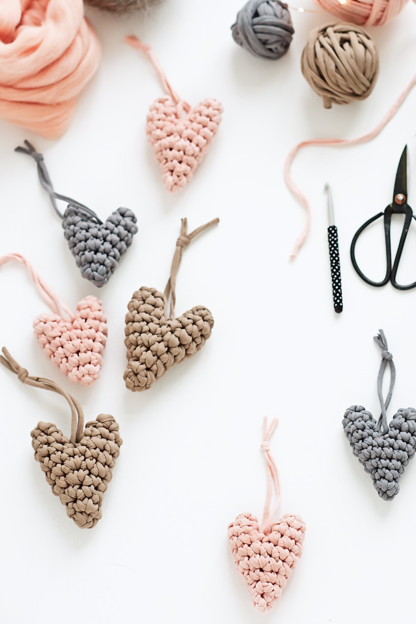 Crochet Heart pattern tutorial, make these cute little crochet hearts from fabric yarn or any other yarn and you will have great little ornaments or gift tags for any occasion on hand - also great for Valentine's craft. Original tutorial by lebenslustiger.com, Häkel Herz Anleitung, DIY Häkel Herz